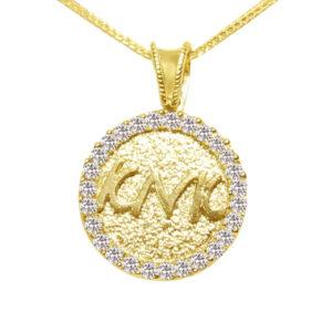"""Круглый кулон с потрясающими кристаллами. С подписью """"Мать"""". Изготовлен из желтого золота 585 пробы."""