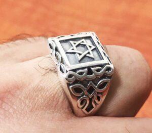 טבעת מהממת לגבר מכסף סטרלינג 925 עם מגן דוד ועיטורים.