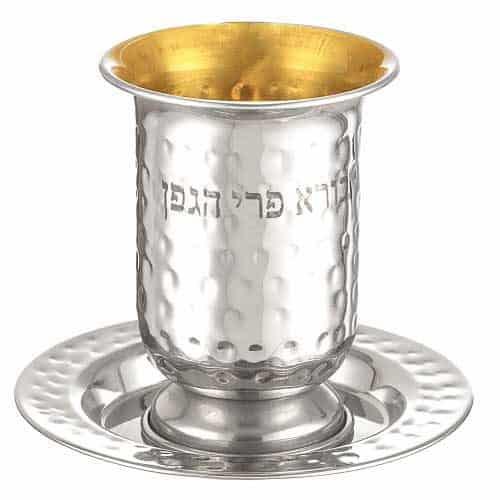 """גביע קידוש מהודר מנירוסטה מרוקעת 10 ס""""מ עם חריטה ורגל עם תחתית עגולה 12 ס""""מ - זהב פנימי"""