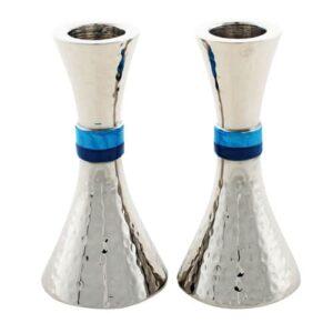 """זוג פמוטי אלומיניום מרוקע עם שילוב פסי אמייל כחולים באמצע. גובה: 11 ס""""מ"""