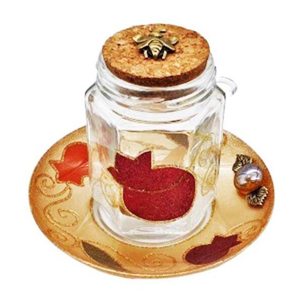 צנצנת דקורטיבית מהממת להגשת דבש. מיוצר ומעוצב בישראל בעבודת יד. עם מכסה שעם עם דבורה לקישוט. מגיע עם צלוחית מעוצבת ועם כף עץ.