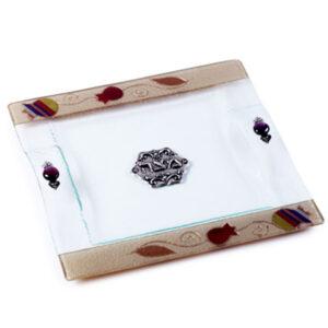 צלחת מצה זכוכית מעוצבת עם רימונים צבעוניים בעבודת יד ועם עיטורים בצבע זהב מהממים -מיוצר בישראל בעבודת יד.