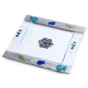 צלחת מצה זכוכית מעוצבת עם רימונים בעבודת יד ועם עיטורים בצבע כחול כסף מהממים -מיוצר בישראל בעבודת יד.