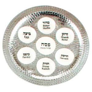 """צלחת פסח מפוארת ( 36 ס""""מ ) מאלומיניום מרוקע ואמייל לבן. סימני החג בעברית ואנגלית! מחיר מבצע מיוחד"""