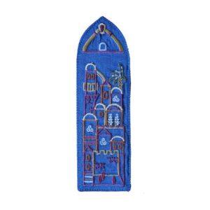 סימניית בד כחולה רקומה עם עיטורי נופי ירושלים. מעוצב ומיוצר ע