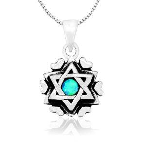 שרשרת מגן דוד קטנה עם לבבות סביב ( 1.3 סמ ) מכסף 925 משובצת אבן אופל כחולה עגולה. כולל שרשרת כסף אמיתי 45 סמ