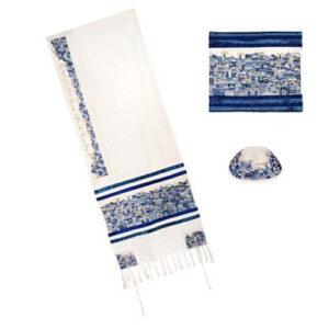 סט 3 חלקים: טלית רקמה צפופה - ירושלים - כחול + כיסוי טלית תואם + כיפה תואמת מהממת. טלית זאת, רקומה בגוונים כחולים, מתארת את נופי ירושלים, כפי שרואה אותם יאיר עמנואל, בעיני רוחו. בעטרה, רקום: