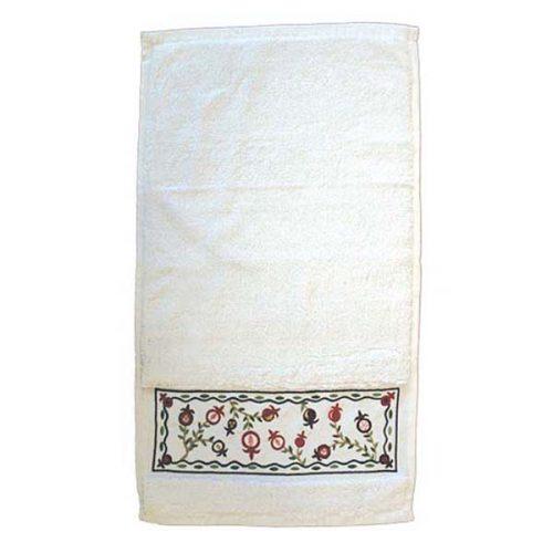 """מגבת ( 33*40 ס""""מ ) מגבת זו עשויה מכותנה ועליה ועליה רקומים רימונים בצורות ובצבעים שונים. הרימון במסורת היהודית הינו סמל של ברכה ושפע. את המגבת ניתן לכבס בהרתחה במכונת כביסה. מחיר מבצע מתנות ישראל"""