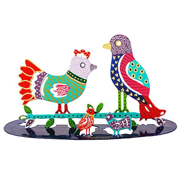 """סטנד ציפורים ( 26 * 7.5 * 12 ס""""מ ) מגזרת מתכת צבועה בחיתוך לייזר מדויק עם ציור צביעה בעבודת יד של 2 ציפורים ו 2 גוזלים מהממים! פריט ייחודי ומרשים עם איכות גימור מעולה! מעוצב ומיוצר ע""""י האמן הירושלמי יאיר עמנואל. מחיר מבצע מיוחד מתנות ישראל"""