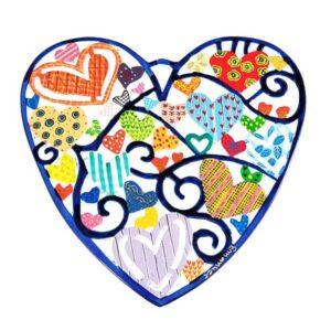 """מתלה """"לב"""" גדול ( 25 * 28 ס""""מ ) ממתכת מושלם לתלייה על הקיר - קישוט צבעוני. עם עשרות לבבות שונים במרכזו. פריט ייחודי ומרשים עם איכות גימור מעולה! מעוצב ומיוצר ע""""י האמן הירושלמי יאיר עמנואל. מחיר מבצע מיוחד מתנות ישראל"""
