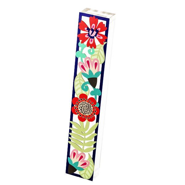 """בית מזוזה """"פרחים"""" - מאקרילי שקוף עם מגזרת מתכת צבעוני של פרחים בשלל צבעים עם מסגרת כחולה - עבור לקלף באורך 15 ס""""מ - מעוצב ומיוצר ע""""י אמנית היודאיקה דורית קליין. מחיר מבצע מתנות ישראל"""