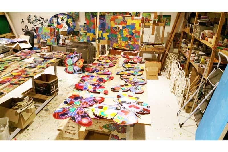 תמונות מהסטודי של האמן דוד גרשטיין. גרשטיין הוא צייר ופסל, רשם ואמן מעולה, אשר שואף להרחיב את גבולות הציור הדו מימדי אל הפיסול והתלת מימד. גרשטיין יוצר קומפוזיציית מדימויים אוניברסאליים צבעוניים ורב שכבתיים של טבע דומם, נוף אורבני ופעילויות יומיומיות של אנשים. מרבית עבודותיו המגוון כולל פסלי קיר רב שכבתיים, בחיתוך מתכת, המיועדים לתלייה או להנחה על השולחן דלפק. דייוויד גרשטיין נחשב באופן נרחב לאחד האמנים היצירתיים והחדשניים ביותר בעולם כיום. הוא הציג רבות במקומות בינלאומיים בלונדון, פריז, פרנקפורט, ברלין, רומא, סינגפור, ניו יורק ותל אביב; והרשימה נמשכת.
