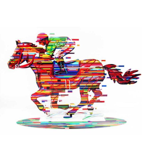 """סטנד """"רוכב על סוסים"""" Jockey גדול מהרגיל (Height-35cm(13.8"""") Width-52cm(20.5"""") Weight: 1.6KG – סטנד מתכת צבעוני בעבודת יד מהמם בצורת רוכב על סוסים. מעוצב ומיוצר ע""""י האמן דוד גרשטיין. פסל מתכת מקסים זה להנחה על השולחן מדף מאת דייוויד גרשטיין, החוקר את אחד הנושאים האהובים עליו - ספורט. הדפס דו צדדי על מתכת בחיתוך לייזר. מחיר מבצע מיוחד מתנות ישראל"""
