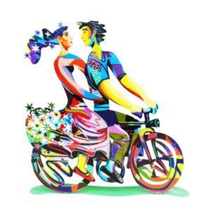 """סטנד """"רכיבה באביב"""" Spring Ride גדול ( 35cm X 35cm (13.8"""" X 13.8"""") - 1.2 KG - 2.64 Lbs) – סטנד מתכת צבעוני בעבודת יד עם הדפס דו צדדי על מתכת בחיתוך לייזר. צבעוני ובגימור לכה. סטנד מהמם בצורת זוג אוהבים רוכבים על אופניים. נסיעה אביבית כובשת ורומנטית זו לוכדת את מהות יצירתו של דייוויד גרשטיין. שמחת חיים, אופניים ורומנטיקה מעוצב ומיוצר ע""""י האמן דוד גרשטיין. פסל מתכת מקסים זה להנחה על השולחן מדף מאת דייוויד גרשטיין, החוקר את אחד הנושאים החביבים עליו ביותר, רכיבה על אופניים."""