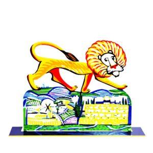 """סטנד """"אריה ירושלים"""" Ariel Lion - סטנד מתכת ( Height 32cm x Width 22 cm   Weight- 0.65 KG ) צבעוני בעבודת יד עם הדפס דו צדדי על מתכת בחיתוך לייזר. סטנד מהמם אריאל האריה צועד בראש ירושלים. דייוויד גרשטיין הצליח בכישרון יוצא דופן לתפוס את הטבע בצורה הומוריסטית אך אמיתית ובאופן חי ביותר. מעוצב ומיוצר ע""""י האמן דוד גרשטיין. פסל מתכת מקסים זה להנחה על השולחן מדף. מחיר מבצע מתנות ישראל"""