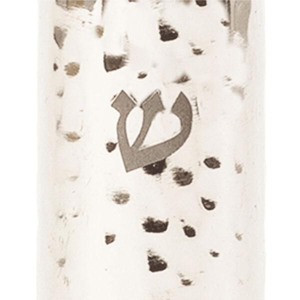 """מזוזה מעוצבת ( 12*3*1.5 ס""""מ ) מנירוסטה מרוקע בעבודת יד עם הכיתוב:""""ה"""" - בשילוב חציי טבעות בגוונים צבעוניים מהממים בציפוי אנודייז. מעוצב ומיוצר ע""""י האמן יאיר עמנואל. עבור קלפים בגודל 10 ס""""מ. מחיר מבצע אתר מתנות ישראל"""