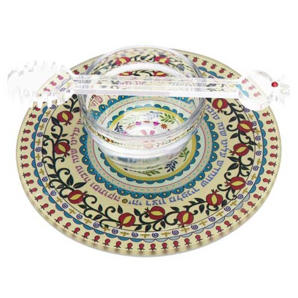 """כלי לדבש ( 16 ס""""מ ) הכולל צלחת מהודרת צבעונית מזכוכית מחוסמת - דגם מעגל רימונים צבעוני. כולל כפית לדבש אקרילית. מעוצב ומיוצר ע""""י אמנית היודאיקה דורית קליין. מחיר מבצע מתנות ישראל"""